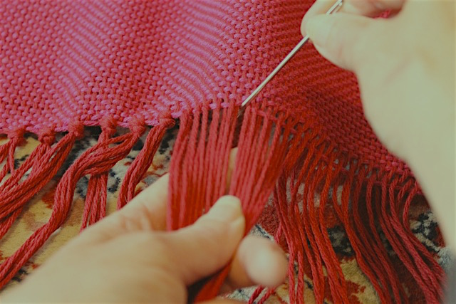 Finishing your handwoven throw: adjust the weft and tie off your ends
